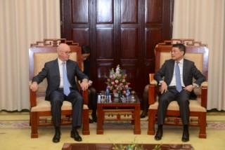 """Trao kỷ niệm chương """"Vì sự nghiệp Ngân hàng Việt Nam"""" cho Trưởng đại diện IMF tại Việt Nam"""