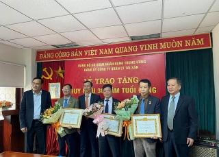 Trao tặng Huy hiệu 30 năm tuổi Đảng cho 3 đảng viên Đảng bộ VAMC