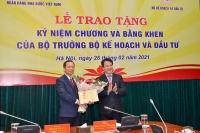 Phó Thống đốc Thường trực Đào Minh Tú vinh dự nhận Kỷ niệm chương Vì sự nghiệp ngành Kế hoạch và Đầu tư