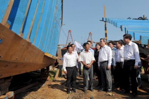 Uỷ viên Bộ Chính trị, Thống đốc NHNN Nguyễn Văn Bình gặp gỡ ngư dân và thăm trẻ khuyết tật tại tỉnh Quảng Ngãi