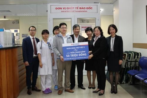 VietABank trao tặng 50 triệu đồng cho bệnh nhi Trần Thanh Bình