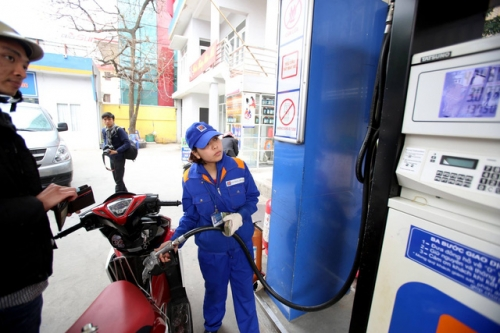 Giá xăng tiếp tục giảm hơn 700 đồng/lít kể từ 15h chiều nay (21/3)
