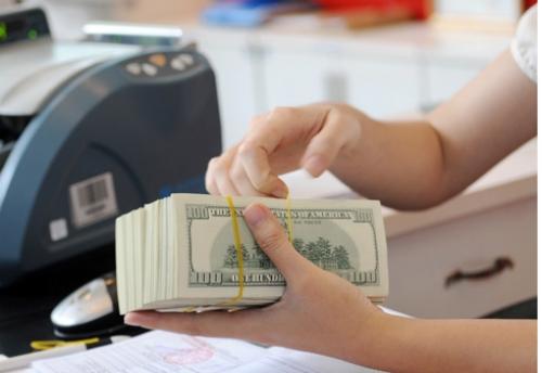 Nhiều ngân hàng giảm giá USD từ 5-10 đồng