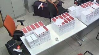 Tịch thu lô hàng iPhone màu đỏ nhập lậu trị giá cả tỷ đồng