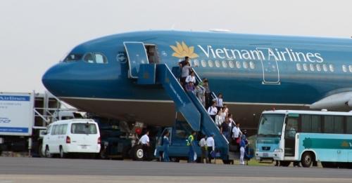 Máy bay Vietnam Airlines phải hoãn bay hơn 2 tiếng vì hành khách tự ý mở cửa thoát hiểm