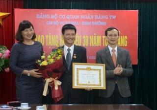 Trao tặng Huy hiệu 30 năm tuổi Đảng cho đồng chí Khuất Duy Tuấn