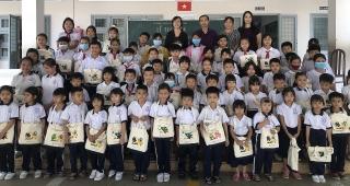 Shinhan Card tặng sách và dụng cụ học tập cho học sinh Việt Nam