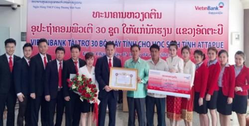 VietinBank tặng máy tính cho học sinh tỉnh Attapue, CHDCND Lào