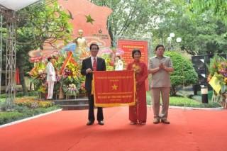 Công ty Rạng Đông đón nhận cờ thi đua của Chính phủ