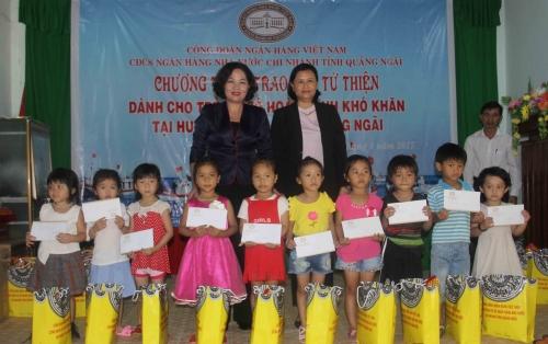 Công đoàn Ngân hàng Việt Nam tặng quà tại huyện đảo Lý Sơn