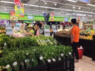 Hưởng ứng Ngày Trái Đất: Nhiều siêu thị Big C thí điểm bọc rau bằng lá chuối