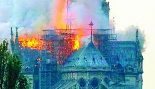 Những ngọn lửa kinh hoàng ở Nhà thờ Đức Bà Paris