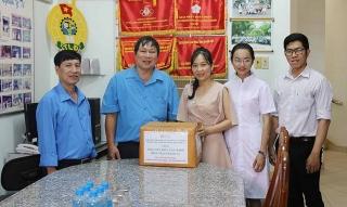 Đại học Đông Á trao tặng dung dịch sát khuẩn cho các cơ sở y tế Khánh Hòa