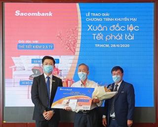 Sacombank trao thưởng cho khách hàng may mắn