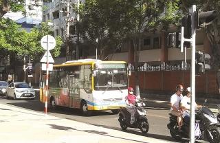 Vì sao xe buýt nhanh lại... chậm?