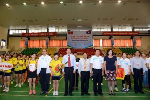Giao lưu thể thao giữa NHNN Việt Nam và Ngân hàng CHDCND Lào