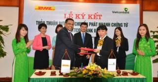 Vietcombank ký thỏa thuận hợp tác chuyển phát nhanh chứng từ