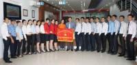 Trao cờ thi đua cho Ngân hàng Bản Việt