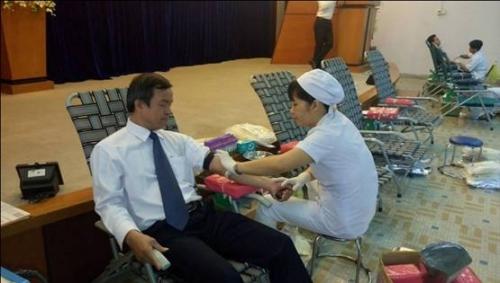 Gần 100 cán bộ ngân hàng TP.HCM tham gia hiến máu