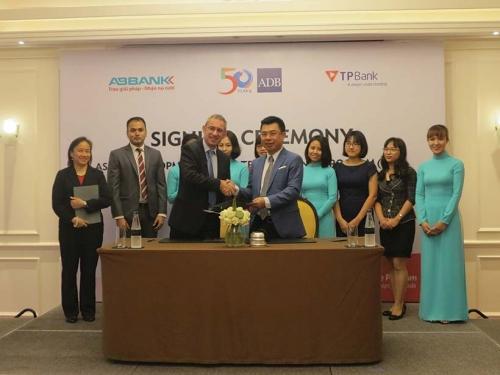 ABBANK ký kết hợp đồng tham gia chương trình tài trợ thương mại toàn cầu