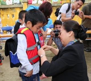 BIDV trao tặng phao cứu sinh cho các học sinh vùng sông nước