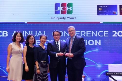 Vietcombank được JCB trao tặng 2 giải thưởng về lĩnh vực thẻ
