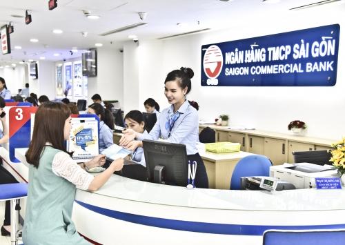 Người dùng đang vui vẻ sử dụng dịch vụ tài chính