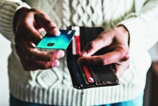Lãi suất thẻ tín dụng cao đè nặng lên kinh tế Mỹ