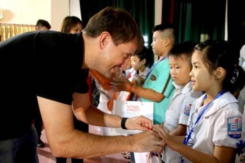 Home Credit: Trao 175 phần quà cho học sinh nghèo Thanh Hóa