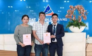Công ty thành viên Đất Xanh Miền Trung bàn giao 'sổ đỏ' cho khách hàng tại Quảng Ngãi