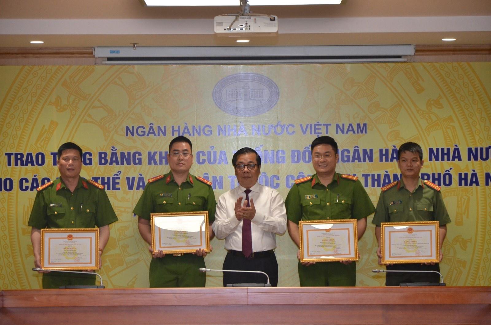 trao tang bang khen cho tap the ca nhan vi thanh tich gop phan dam bao an toan he thong ngan hang