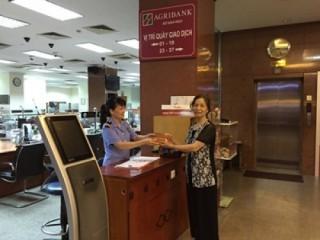 Cán bộ Agribank trả lại ví tiền khách hàng đánh rơi