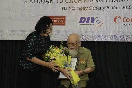 """Trao giải Cuộc thi """"Tìm hiểu về tiền Việt Nam"""""""