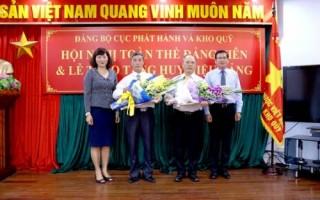 Trao tặng Huy hiệu Đảng cho đảng viên Cục Phát hành và Kho quỹ