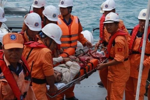 Cứu nạn thành công ngư dân bị tai biến trên biển