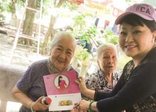 Nghệ sỹ Hương Lan tới thăm Viện dưỡng lão nghệ sỹ