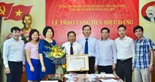 Trao tặng Huy hiệu 30 năm tuổi Đảng cho đồng chí Lê Quốc Nghị