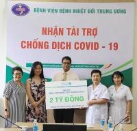 Standard Chartered Việt Nam ủng hộ tiền mặt và hiện vật phòng, chống dịch Covid-19