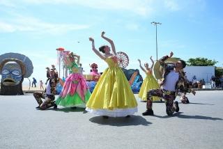 Du khách phấn khích với không khí Carnival rực rỡ sắc màu tại thành phố biển Sầm Sơn