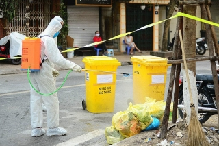 Xử lý rác thải ở khu vực cách ly
