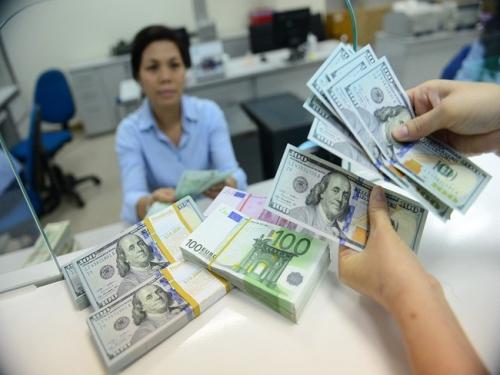 Nhiều ngân hàng giảm nhẹ giá mua – bán USD