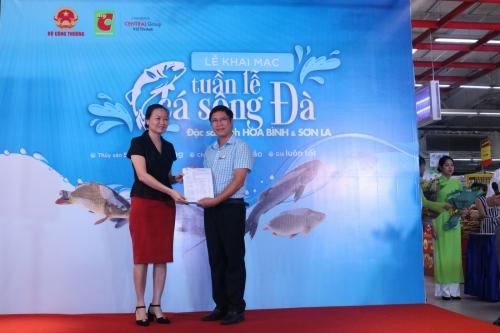 Tuần lễ cá đặc sản sông Đà thu hút đông đảo người tiêu dùng thủ đô