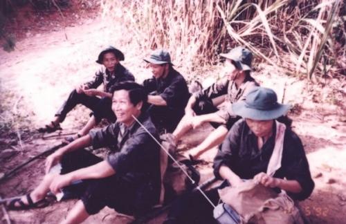 Đi dân công hỏa tuyến ở đường 9 Nam Lào