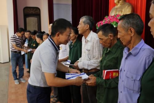 Tân Hiệp Phát trao quà cho các cựu thanh niên xung phong