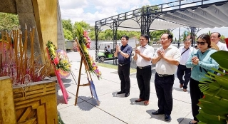 Đoàn cán bộ ngân hàng Cụm thi đua số 1 viếng và dâng hương tại Nghĩa trang liệt sỹ và Thành cổ Quảng Trị