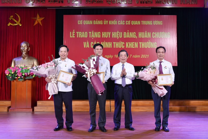 trao tang ky niem chuong vi su nghiep ngan hang viet nam cho 3 dong chi lanh dao dang uy khoi cac co quan trung uong