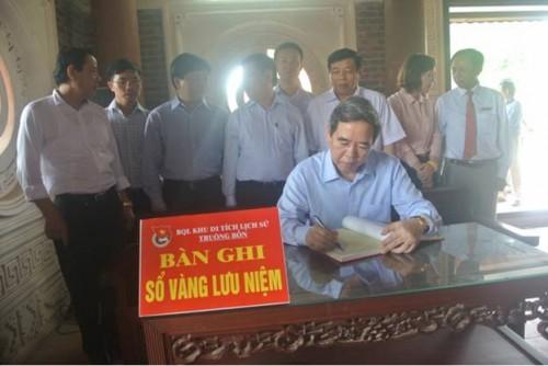 Thống đốc dâng hương tưởng niệm các Anh hùng liệt sỹ tại Truông Bồn