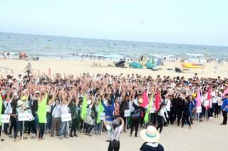 Tân sinh viên chung tay làm sạch môi trường