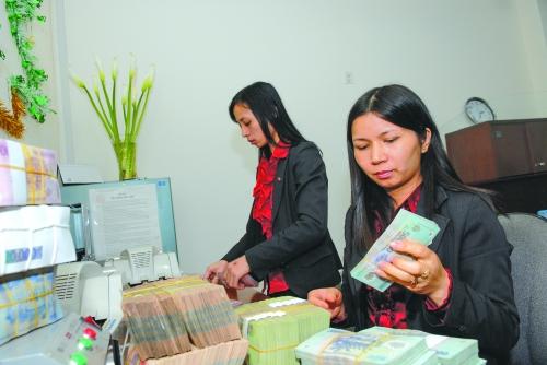 Hỗ trợ tăng trưởng: Ngân hàng nặng gánh