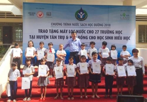 Trao tặng hàng trăm máy lọc nước cho 27 trường học tại Long An